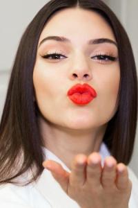 kendall-jenner-lipstick-th_v